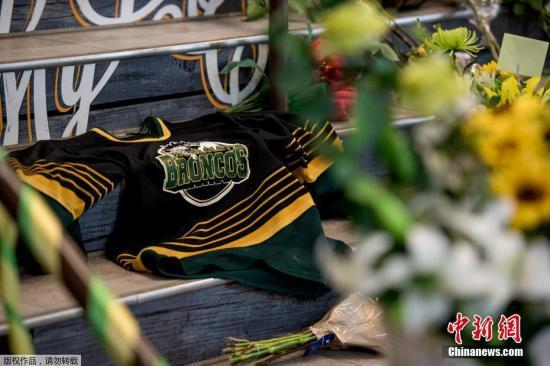 """民众在""""洪堡特野马""""队的球场外送上鲜花,悼念遇难者。"""