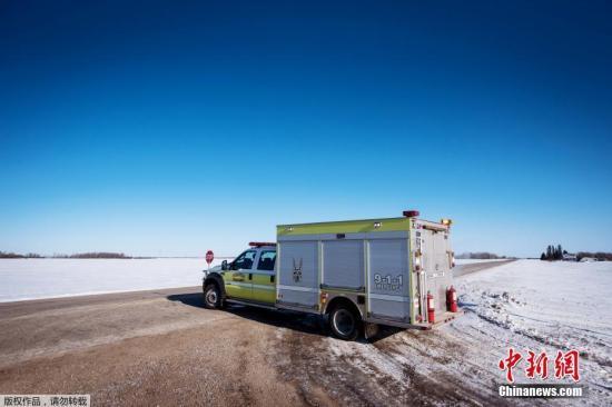 当地时间4月6日傍晚,加拿大萨斯喀彻温省发生一起严重交通事故,一辆载有少年冰球队员的巴士和一辆卡车相撞,事故造成14人死亡、14人受伤,其中3人伤势严重。图为紧急车辆在事故现场待命。
