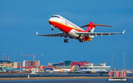 中国自主研制的ARJ21-700飞机的104架试飞飞机。文/殷立勤 图/中国商飞公司供图