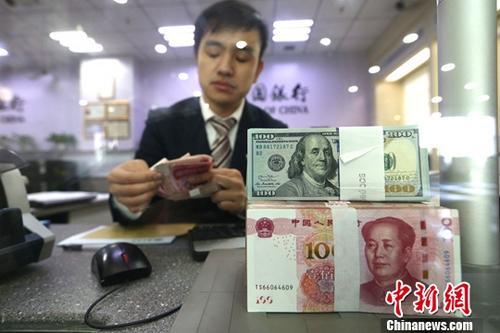 人民币对美元中间价涨破6.8 在岸离岸汇率短时飙升200个基点