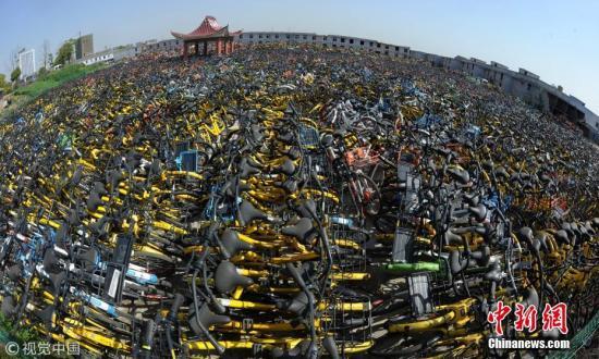 为了不影响市民正常出行,城管部门将不文明停放的单车集中停放,代为保管。图片来源:视觉中国