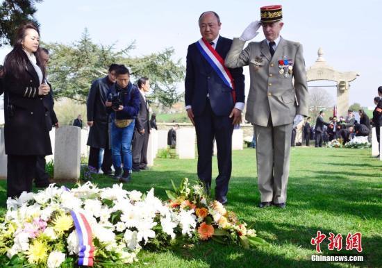 图为法国国会议员陈文雄(左)和法军将领朗格洛瓦(右)向华工墓地献花。 <a target='_blank' href='http://www.chinanews.com/'>中新社</a>记者 龙剑武 摄