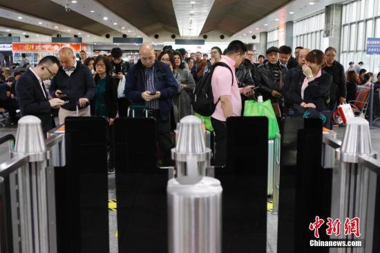 资料图:旅客排队候车。<a target='_blank' href='http://www.chinanews.com/'>中新社</a>记者 殷立勤 摄