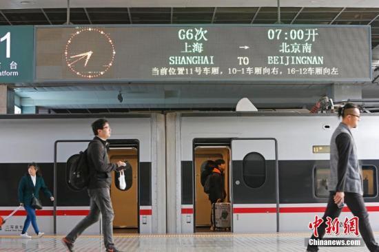 """4月10日,游客逞砒G6次""""再起列车。当日上午,从上海站初收的G6次""""再起下铁列车驶出站台,背目标天北开止,那是上海站尾开""""再起沪下铁。10日整时起,止您铁路实施新的列车运转图。新图施行后,上海至北间的""""再起沪下铁列车将从本来的7对增长到10对,此中2对上海站初收,8对上海虹桥站初收,北至上海间完成最快4小时18分可达。 a target='_blank' href='http://www.chinanews.com/'种孤社/a记者 殷坐勤 摄"""