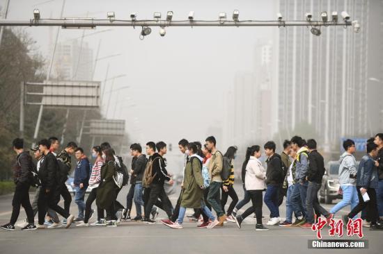 山西太原被沙尘笼罩,空气质量达到严重污染级别。武俊杰 摄