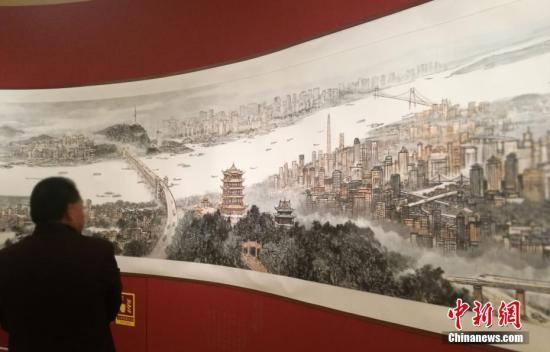 4月10日,200米的中国画巨幅长卷《长江万里图》在中国国家博物馆首次亮相。应妮 摄