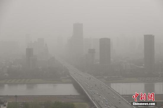 4月10日,山西太原被沙尘笼罩,空气质量达到严重污染级别,户外能见度低。当日,中央气象台继续发布沙尘暴蓝色预警,受冷空气影响,新疆南疆盆地、内蒙古中西部、甘肃大部、宁夏、陕西中北部、山西、河北、北京、天津、山东北部等地的部分地区有扬沙或浮尘天气,其中内蒙古中部、新疆南疆盆地等地局部有沙尘暴。 武俊杰 摄