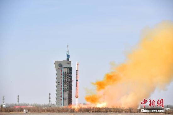 4月10日12时25分,中国在酒泉卫星发射中心用长征四号丙运载火箭,成功将遥感三十一号01组卫星和微纳技术试验卫星发射升空。中新社发 郝伟 摄