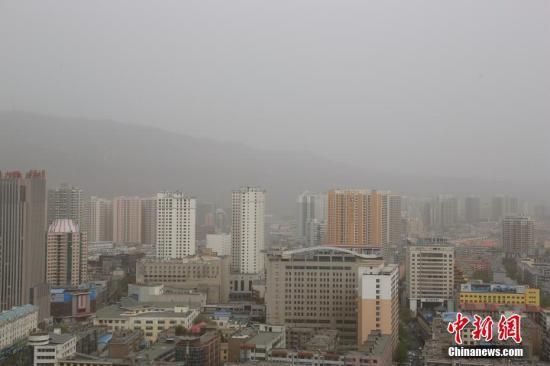 资料图:西宁市区被沙尘笼罩。/p中新社记者 孙睿 摄