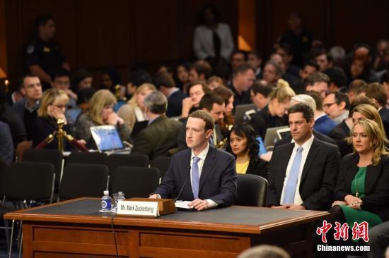 资料图:当地时间2018年4月10日,美国社交媒体平台脸书的首席执行官马克・扎克伯格就脸书数据被滥用等问题道歉。 记者 邓敏 摄