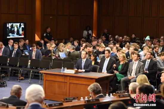 资料图:当地时间2018年4月10日,美国社交媒体平台脸书的首席执行官马克・扎克伯格在美国参议院司法委员会和商业、科技和运输委员会举行的联合听证会上作证,并就脸书数据被滥用等问题道歉。 <a target='_blank' href='http://www.chinanews.com/'>中新社</a>记者 邓敏 摄