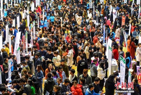 4月11日,2018年新疆维吾尔自治区民营企业招聘周走进乌鲁木齐的新疆大学校本部,近300家企业寻找英才。同时,新疆大学春季校园招聘会也正式启动,该校将陆续邀请用人单位走进校园,为即将毕业的大学生提供更多的就业岗位。中新社记者 刘新 摄
