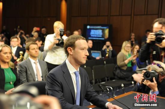当地时间4月10日,美国社交媒体平台脸书的首席执行官马克・扎克伯格在美国参议院司法委员会和商业、科技和运输委员会举行的联合听证会上作证,并就脸书数据被滥用等问题道歉。 <a target='_blank' href='http://www.chinanews.com/'>中新社</a>记者 邓敏 摄