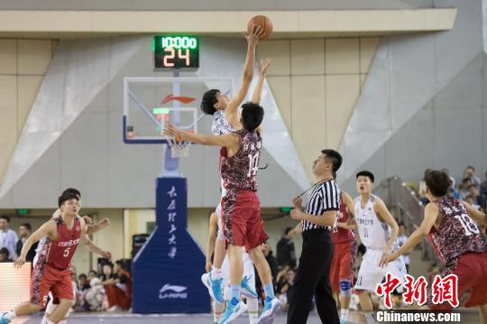 资料图:大学生篮球赛 韦亮 摄