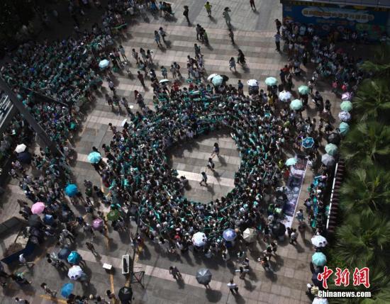 资料图粉丝们聚集到广场看自己爱豆表演。 <a target='_blank' href='http://www.chinanews.com/'>中新社</a>记者 刘关关 摄