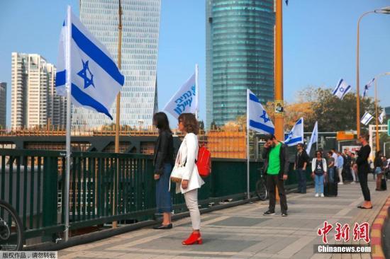 当地时间4月12日,以色列特拉维夫市,以色列一年一度的大屠杀纪念日,各地拉响警报,民众驻足街头向二战中遭纳粹德国杀害的6百万犹太遇难者默哀。