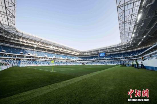 当地时间4月11日,新建成不久的俄罗斯加里宁格勒世界杯体育场迎来了首场足球测试赛。2018年世界杯将从6月中旬开始在俄罗斯11个城市的12个体育场举行。加里宁格勒体育场将承接其中的4场比赛。图为加里宁格勒世界杯体育场内景。中新社记者 王修君 摄