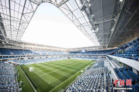 当地时间4月11日,新建成不久的俄罗斯加里宁格勒世界杯体育场迎来了首场足球测试赛。2018年世界杯将从6月中旬开始在俄罗斯11个城市的12个体育场举行。加里宁格勒体育场将承接其中的4场比赛。图为加里宁格勒世界杯体育场内景。/p中新社记者 王修君 摄
