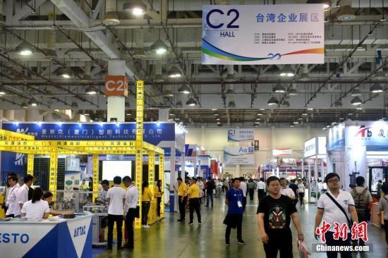 4月12日,民眾在臺灣企業展區參觀。當日,2018廈門工博會暨第22屆海峽兩岸機械電子商品交易會在廈門舉行。中新社記者 呂明 攝