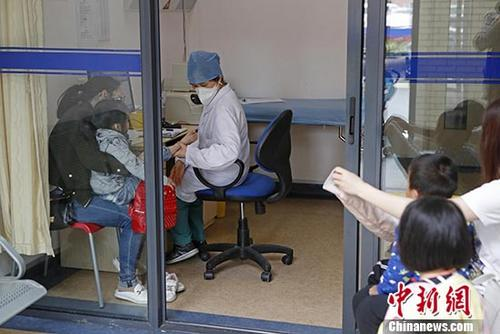 资料图:患者在医院就诊。中新社记者 殷立勤 摄