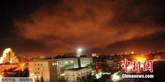 """当地时间4月14日,叙利亚首都遭到美英法三国联合军事打击,大马士革夜空被炮火""""染红""""。"""