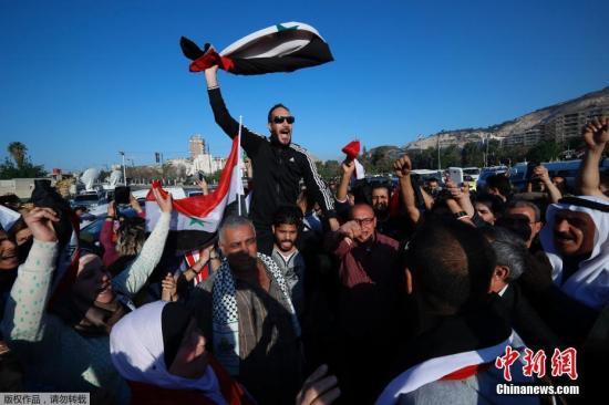 当地时间4月14日,叙利亚首都大马士革民众在街头发起示威游行,抗议美国联合英法两国对首都大马士革发起空袭行动。
