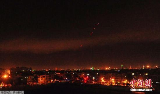 """当地时间4月14日,叙利亚首都大马士革遭到美英法三国联合军事打击,大马士革夜空被炮火""""染红""""。"""