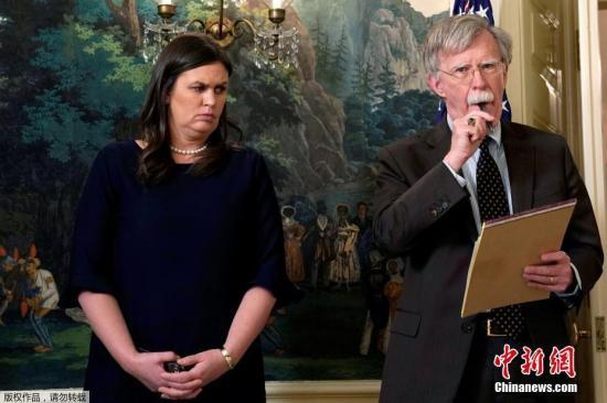 美国新任国家安全顾问约翰・博尔顿和白宫新闻秘书莎拉・赫卡比・桑德斯在华盛顿白宫听取了美国总统唐纳德・特朗普关于叙利亚问题的声明。