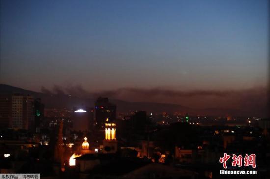 目击者称,当地时间14日凌晨,在叙利亚首都大马士革至少听到了6声爆炸声,城市上空升起浓烟。