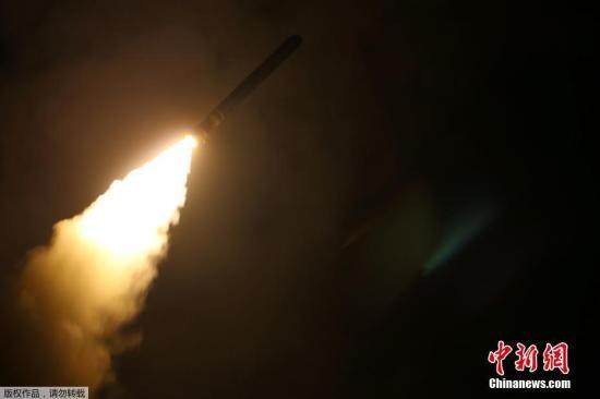 """路透社援引美国政府消息人士的话报道称,美国武装力量正在针对叙利亚数个目标实施打击,动用""""战斧""""( TOMAHAWK)巡航导弹。"""