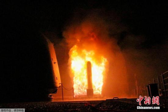 """当地时间2018年4月14日,,美国海军公布美国""""蒙特利""""号导弹巡洋舰发射""""战斧""""巡航导弹的画面,对叙利亚数个目标实施打击。"""