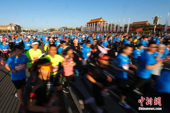 4月15日,2018北京国际长跑节―北京半程马拉松在天安门广场鸣枪起跑,来自32个国家和地区的两万余名跑步爱好者参与了此次比赛。 <a target='_blank' href='http://www.chinanews.com/'>中新社</a>记者 富田 摄
