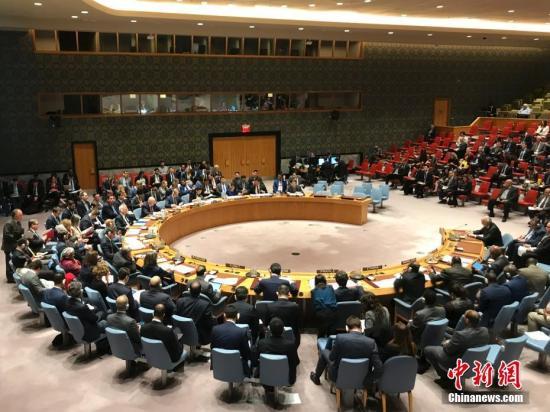 当地时间4月14日,联合国安理会举行紧急会议,讨论前一天美国、英国、法国对叙利亚实施军事打击问题。图为安理会会议现场。/p中新社记者 马德林 摄