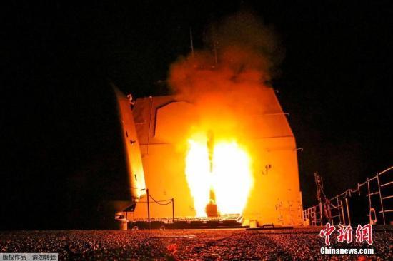 """从美国海军导弹巡洋舰""""蒙特利""""号(USS Monterey)发射的""""战斧""""地面攻击导弹。"""