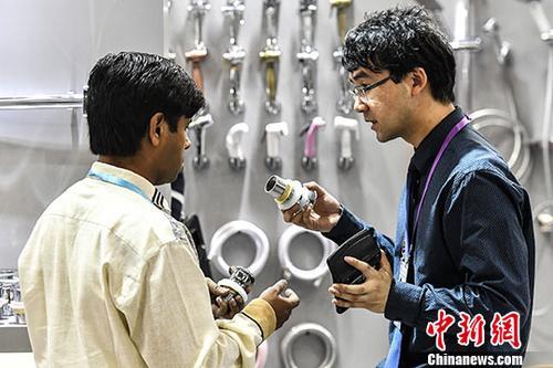 4月15日,建筑材料参展商为采购商介绍产品性能。当日,第123届中国进出口商品交易会(广交会)在广州开幕,吸引境内外25171家企业参展。 中新社记者 陈骥旻 摄