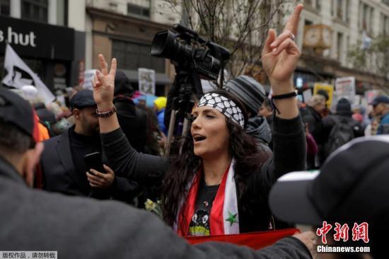 参与反战游行的纽约民众。