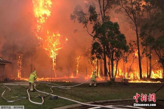 资料图:消防员灭火。