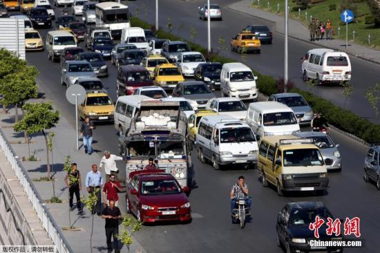 当地时间2018年4月15日,叙利亚大马士革公路上的车辆来往,在遭美英法联军空袭后,大马恢复平静。当地时间14日凌晨,美国等国对叙首都大马士革发起军事行动。