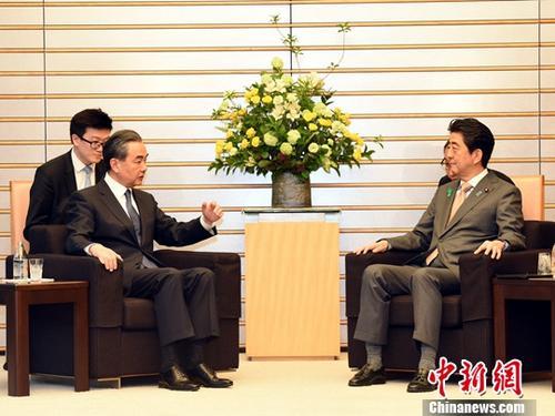 4月16日,日本首相安倍晋三在东京会见中国国务委员兼外交部长王毅。中新社记者 马平 摄
