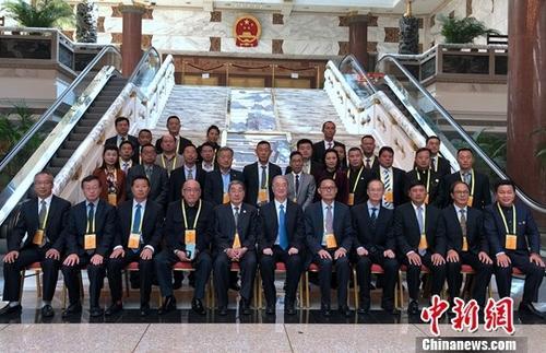 4月16日,中国和平统一促进会名誉副会长桑国卫在北京会见了以李新铸、江永生、胡介国为共同团长的非洲地区统促会联合访问团一行。中新社记者 郑巧 摄