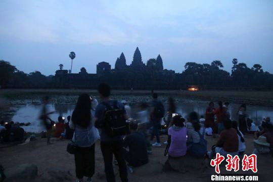 各国游客天色未亮便守候在景区等待日出。 廖敏佳 摄