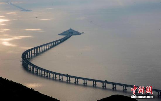 图为4月11日拍摄的港珠澳大桥香港段及东人工岛的景象。<a target='_blank' href='http://www.chinanews.com/'>中新社</a>记者 麦尚�F 摄