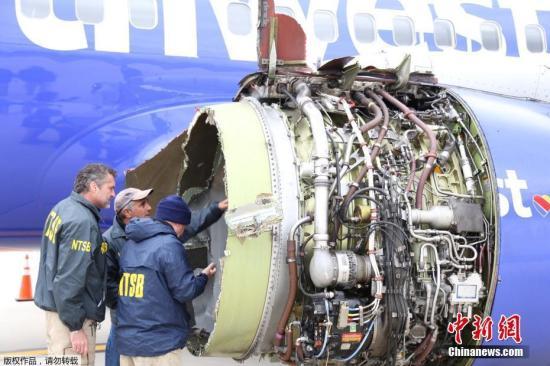 据报道,飞机处于32500英尺高空时,引擎突然发生爆炸。乘客称他们听到巨大的响声后,飞机立刻开始下坠,感觉像是下降了近1000英尺。在引擎爆炸后,碎片划破了机窗,一名坐在窗边的女乘客受伤。