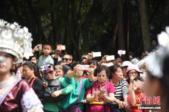 市民在热闹的活动现场拍照。王以照 摄