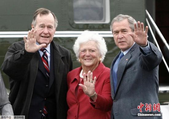 资料图:芭芭拉・布什(中)是美国历史上第二位既是美国总统妻子又是总统母亲的女性。她的丈夫乔治・H・W・布什(左)是美国第四十一任总统,她的儿子乔治・W・布什(右)是美国第四十三任总统。(资料图)