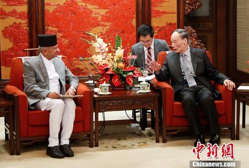4月18日,中国国家副主席王岐山在北京中南海会见尼泊尔外长贾瓦利。中新社记者 杜洋 摄