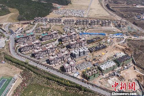 4月18日,中国国家统计局发布经济数据显示,3月份,北京、上海、广州、深圳四个一线城市新建商品住宅销售价格同比继续下降,二手住宅价格同比首次下降;二三线城市新房、二手房涨幅均比上月回落。图为山西太原正在兴建的商品房项目(资料图片)。 中新社记者 韦亮 摄