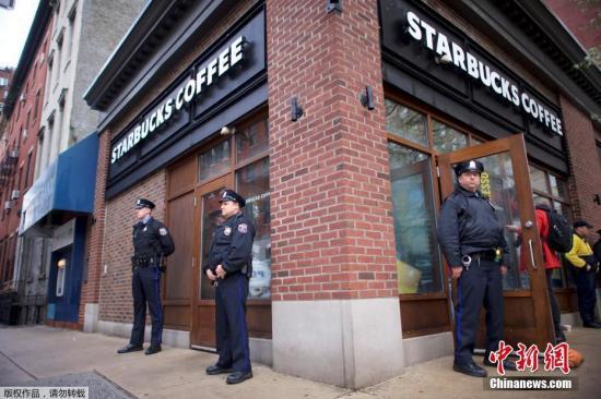 据警方透露,这两名非洲裔男子在店内等候朋友,他们想借用洗手间,但店员声称只有在店里消费的顾客才能使用。这两名男子随后在店里继续等待朋友,但是店员却把警察喊来了。警察将两人用手铐带走调查。图为费城星巴克门外的警察。