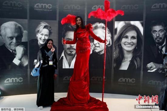 当地时间2018年4月18日,沙特阿拉伯的首家商业电影院在利雅得开业,漫威电影《黑豹》将成为该国35年来首次公映的商业电影。图为沙特民众在电影院门口与演员合影。