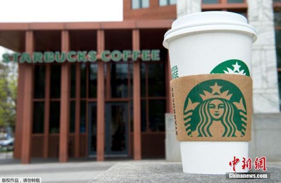 """当地时间2018年4月17日,星巴克公司宣布将在5月29日的下午关闭全美约8000家直营店面,对17万员工进行""""反种族歧视""""的相关培训。图为华盛顿的一家星巴克咖啡馆。"""